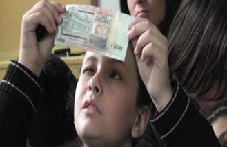 Detectives de sus propios billetes.
